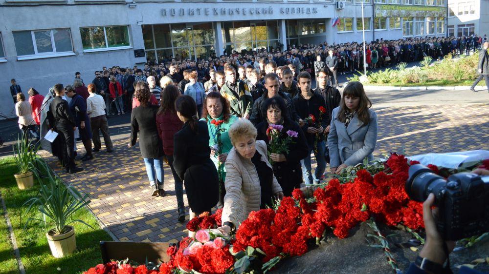В образовательных учреждениях Крыма прошли памятные мероприятия, посвященные годовщине трагедии в Керченском политехническом колледже