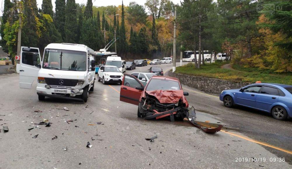 Фотофакт: ДТП в Ялте спровоцировало автомобильную пробку