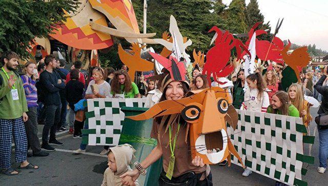 """СлоноЗИЛ"", Африка и танцующий мусор: в Алуште прошел эко-карнавал - фотофакт"