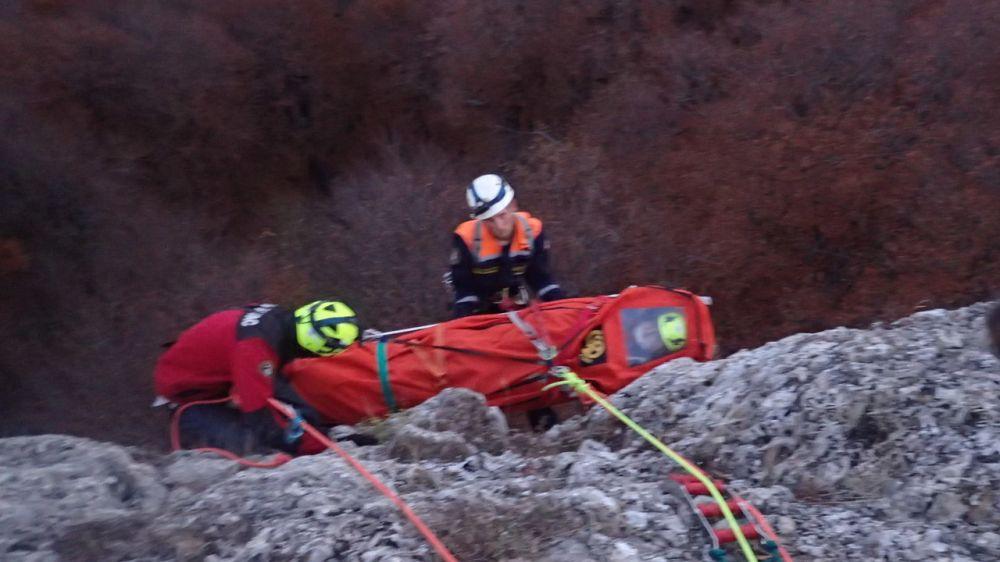 Сотрудники «КРЫМ-СПАС» оказали помощь туристке, совершившей падение с сорокаметровой высоты