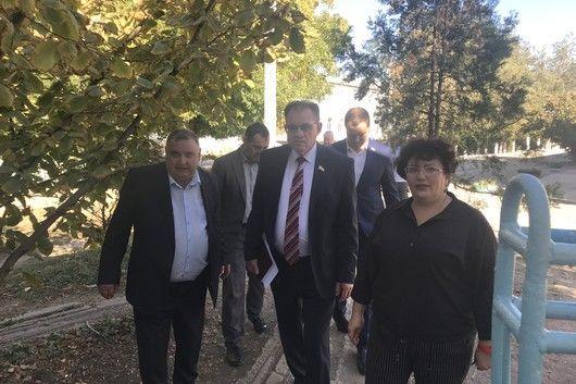 Председатели профильных парламентских комитетов ознакомились с ходом ремонтных работ в образовательных учреждениях Нижнегорского района