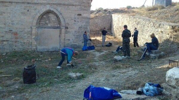 Феодосийцы провели субботник у древнего Храма Святого Георгия
