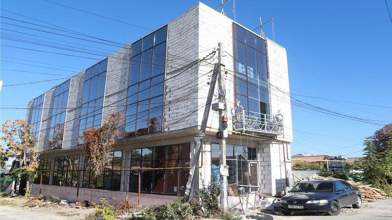 Симферополец строит четырехэтажное здание вместо частного дома
