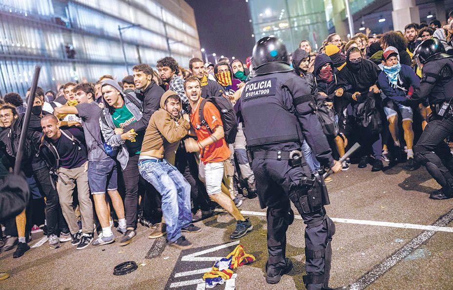Каталонская лихорадка: жёсткий судебный приговор спровоцировал новую волну протестов в Барселоне