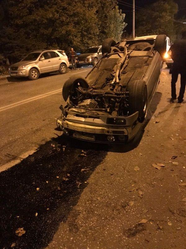В Симферополе иномарка на дороге перевернулась на крышу