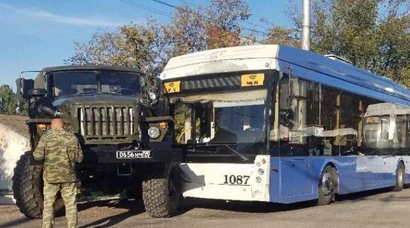 Военный «Урал» и троллейбус столкнулись в Севастополе