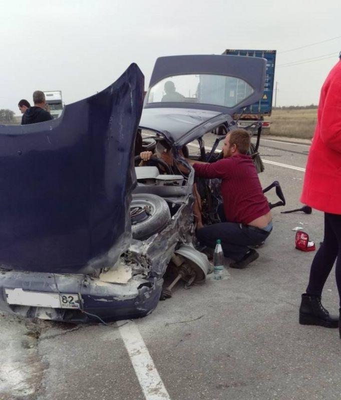 На крымской трассе фура столкнулась с легковушкой: пострадал водитель