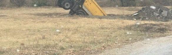 В Симферополе грузовик провалился под землю
