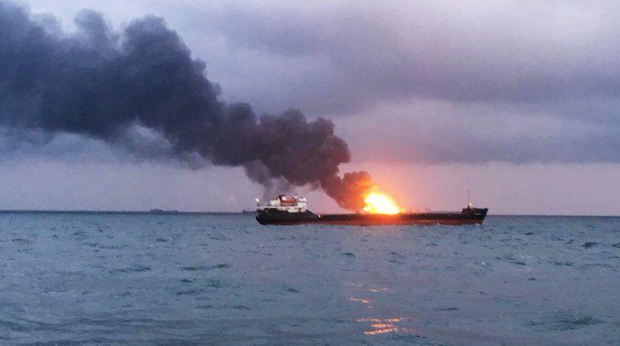 Сотрудники МЧС возобновили поиски тел моряков, пропавших без вести при пожаре на танкерах
