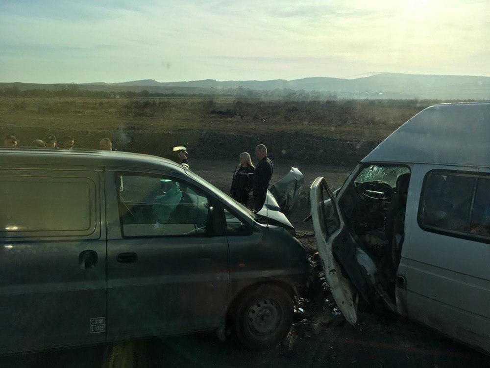 На трассе Симферополь - Севастополь столкнулись три автомобиля: есть пострадавшие