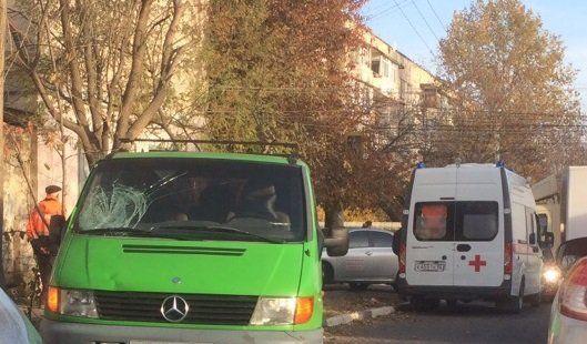 Микроавтобус на полном ходу сбил дворника: появилось видео утреннего ДТП в Симферополе