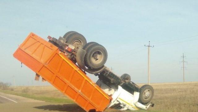 На трассе Евпатория - Черноморское перевернулся грузовик