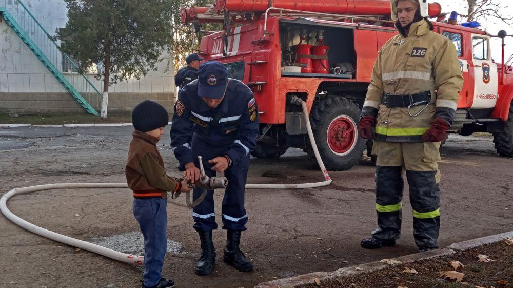 Сотрудники ГКУ РК «Пожарная охрана Республики Крым» знакомят маленьких крымчан с правилами пожарной безопасности