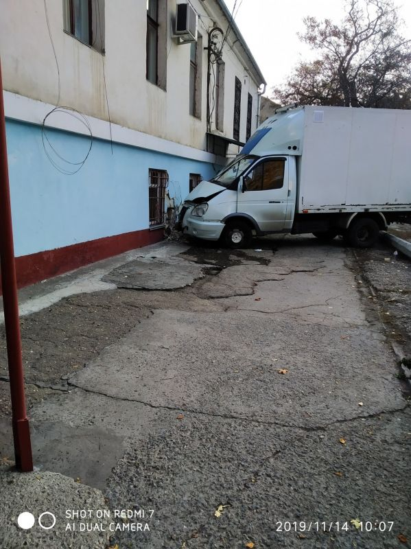 В Симферополе грузовик врезался в стену дома