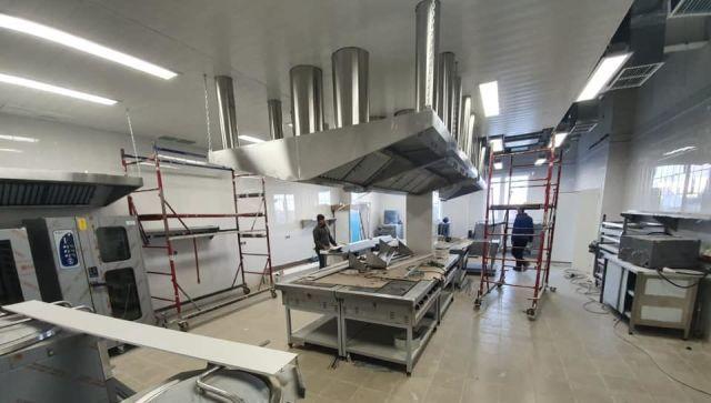 В новый медцентр под Симферополем завозят мебель и оборудование