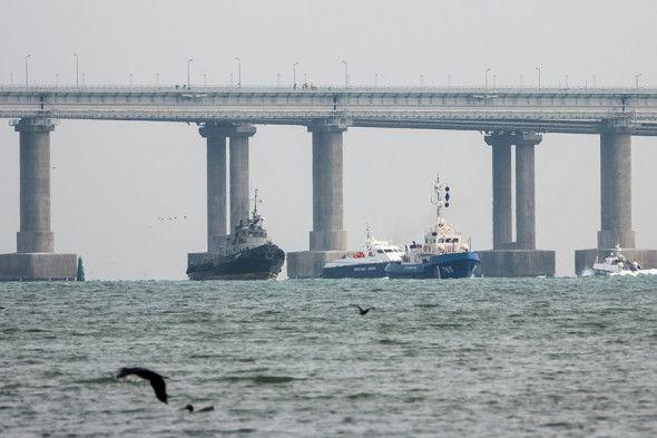 Захваченные год назад корабли ВМС Украины вновь прошли под Крымским мостом