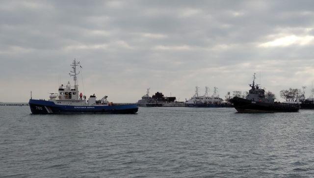 Задержанные корабли ВМСУ буксируют из Керчи - фотофакт