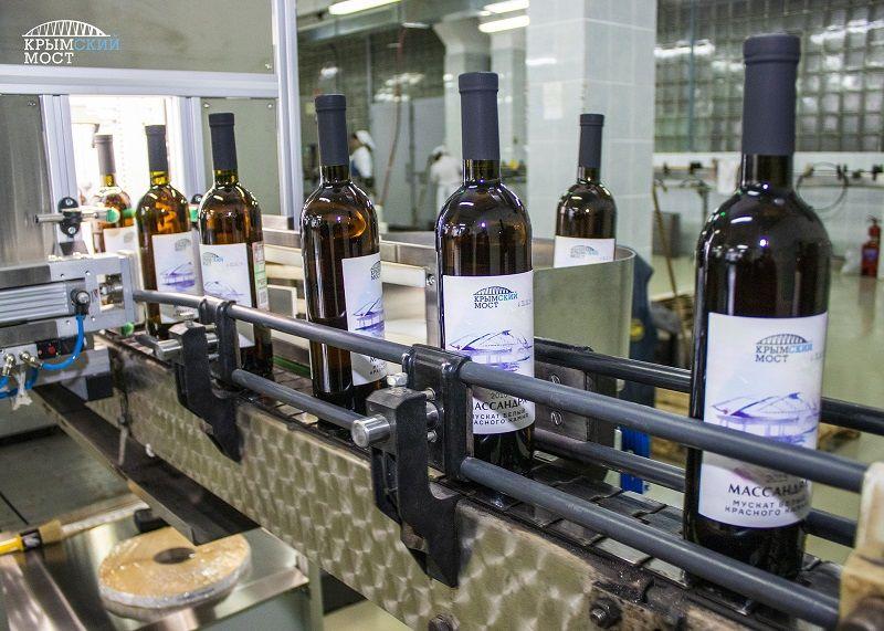 Теперь – в бутылках: Крымский мост разольют в эксклюзивную партию вина