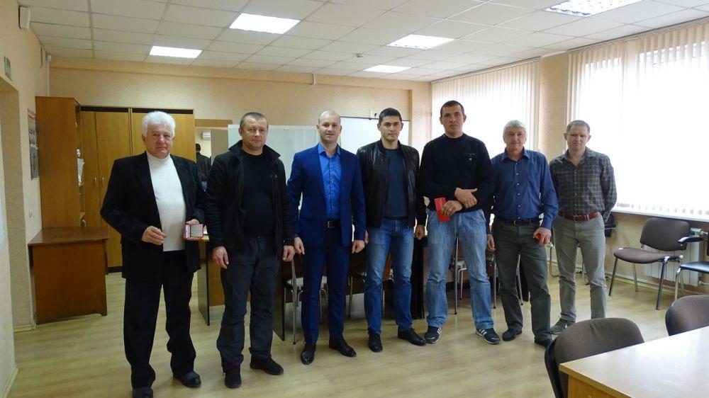 Сотрудники Минприроды Крыма вручили удостоверения и нагрудные знаки кандидатам в производственные охотничьи инспектора