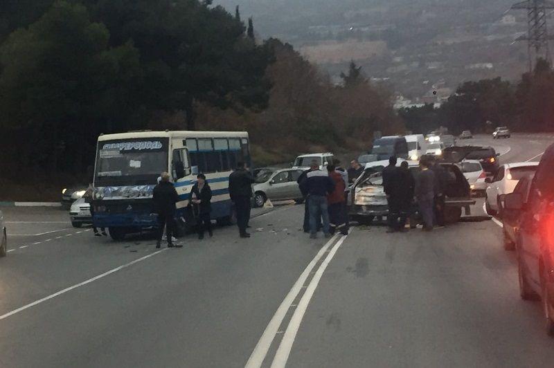 На трассе в Крыму Ниву размазало об рейсовый автобус