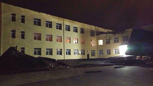 В Джанкое ветром сорвало крышу со школы №7