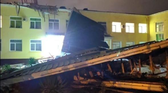 Сильный ветер сорвал часть крыши со школы в Джанкое