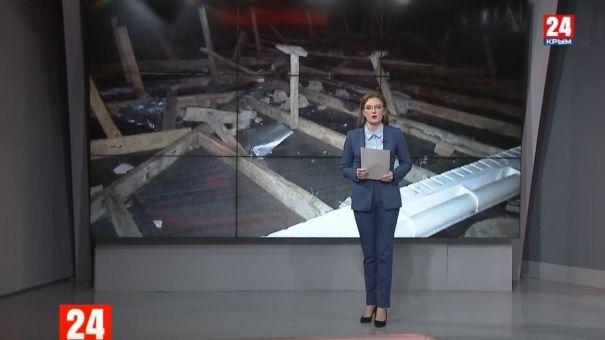 В Крыму ураганный ветер сорвал крышу школы и обрушил дерево на автомобиль