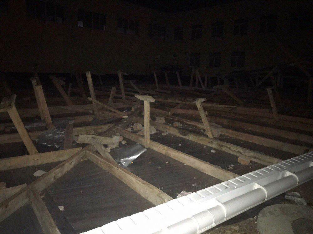 В Крыму ураганным ветром сорвало крышу со школы
