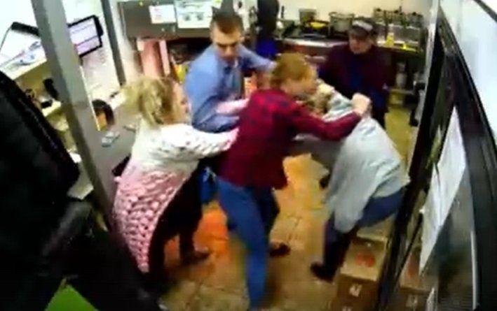 В симферопольской бургерной собеседование закончилось нападением на девушек
