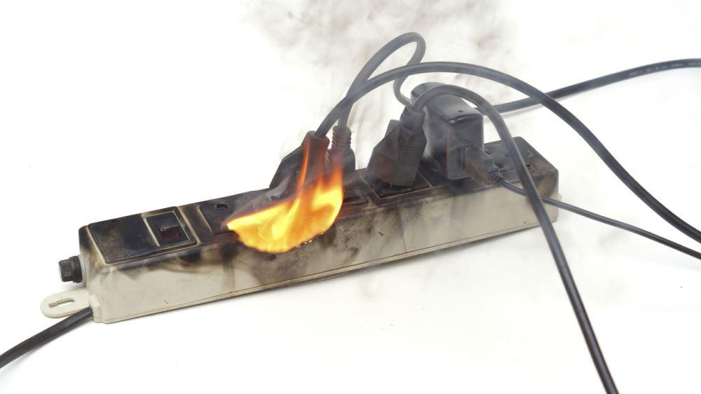 Соблюдайте правила безопасной эксплуатации электроприборов!
