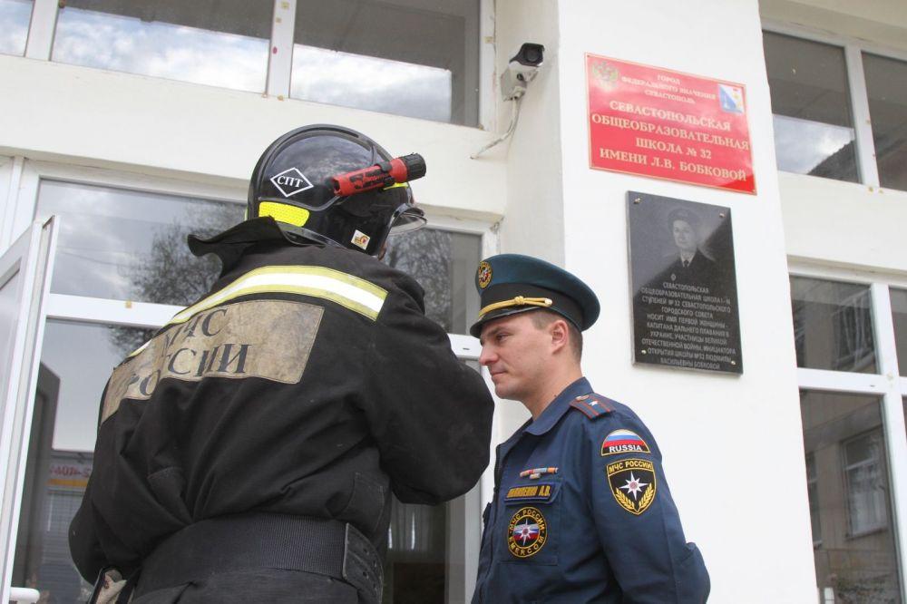 В Севастополе загорелась школа