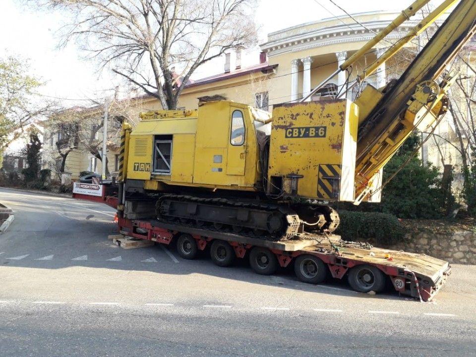 В Балаклаве не могут убрать кран, перегородивший дорогу