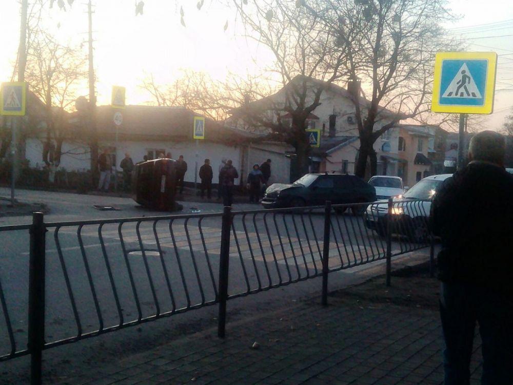 Легковушка опрокинулась после ДТП в Симферополе
