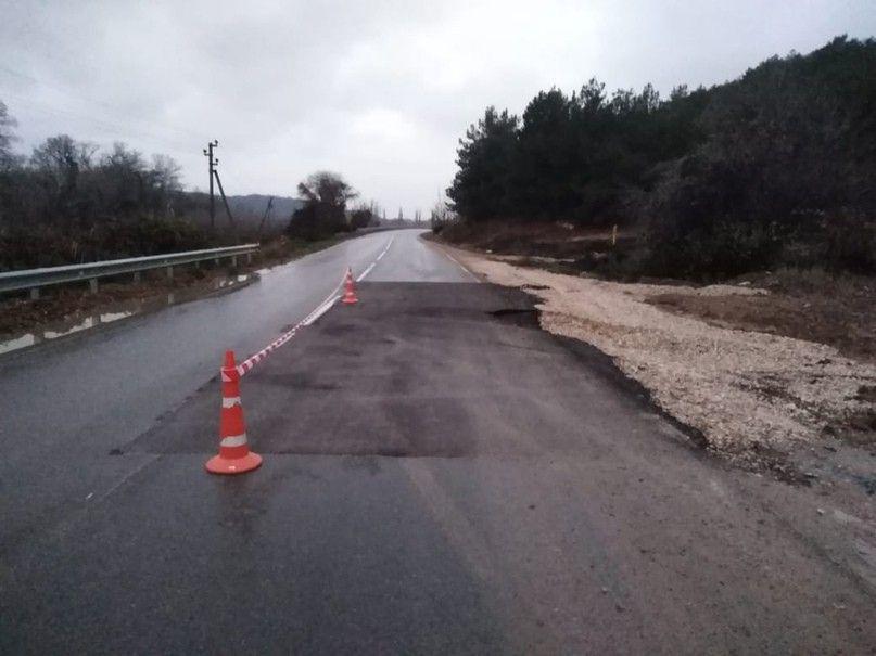 Между сёлами Любимовка и Фруктовое провалился отремонтированный участок дороги