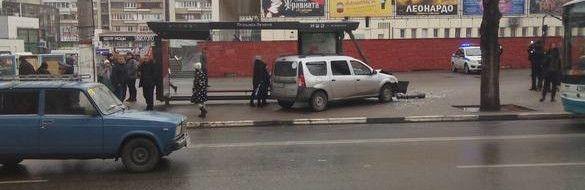 Появилось видео ДТП с автомобилем, который врезался в остановку в центре Симферополя