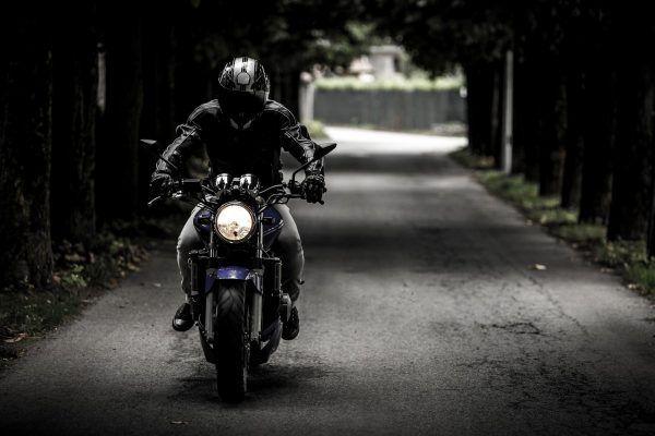 В Ялте у мужчины угнали дорогущий мотоцикл. Угонщика задержали, а двухколёсного ищут