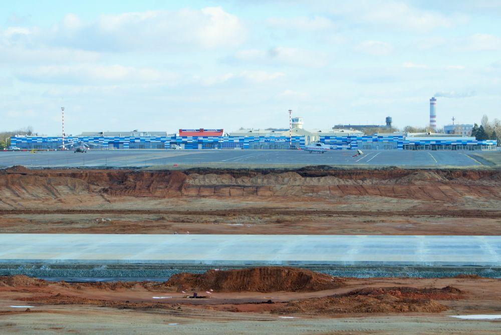 В аэропорту Симферополя забетонировали больше половины новой взлетно-посадочной полосы
