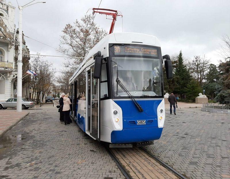 Суперсовременный трамвай вышел на линию в Евпатории и сразу же застрял