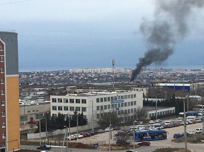 Над Севастополем поднялся чёрный дым