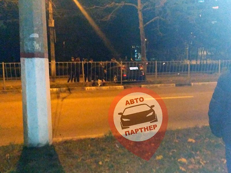 В Севастополе автолихач попытался снести забор