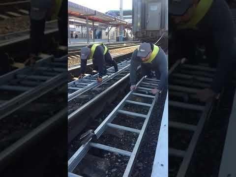 В Симферополе силачи протащили железнодорожный состав