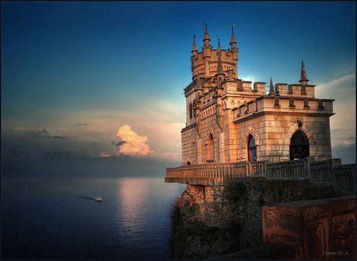 """Озеро-сердце, каменный корабль и """"Италия"""": зимние фото Крыма из Сети"""