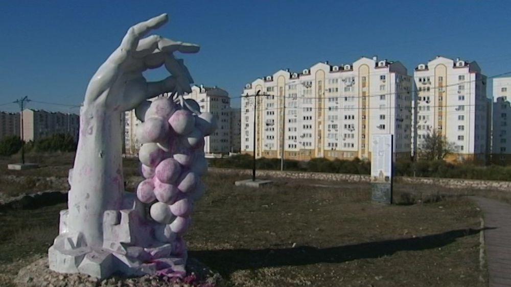 От вандалов пострадала скульптура у 25-й усадьбы Херсонеса