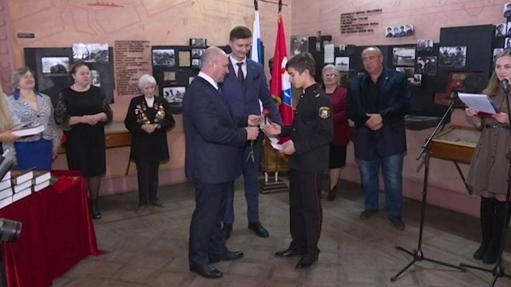 В День Конституции лучшим школьникам Севастополя торжественно вручили паспорта