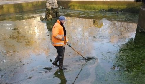 В Симферополе чистят фонтан «Савопуло»