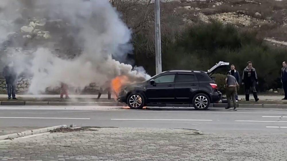 В Севастополе прямо на дороге загорелась иномарка