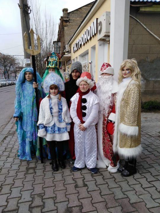 В Евпатории стартовал парад Дедов Морозов
