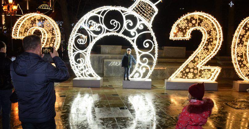 Ялта — в огнях! В городе презентовали новогоднюю иллюминацию, но это ещё не всё