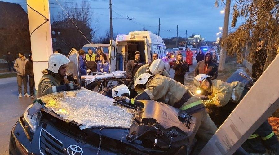 Крымские спасатели деблокировали двоих пострадавших в ДТП