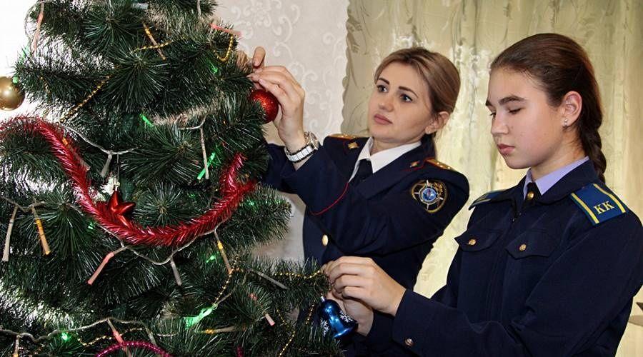 Сотрудники СК и кадеты передали ветерану из Евпатории новогоднюю ёлку и подарки